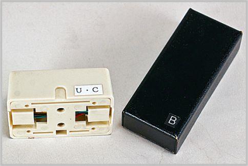 盗聴器には周波数を表すch名がシールで貼られていることもある