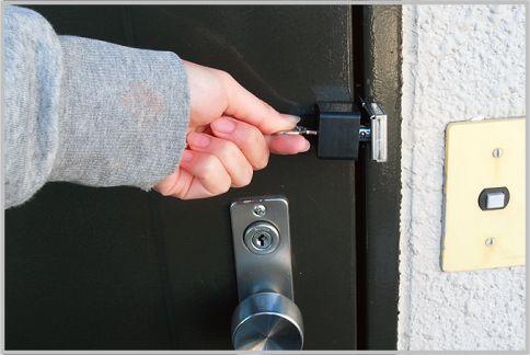 玄関ドアの鍵をガードするグッズ