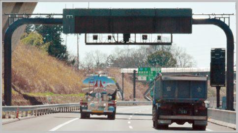 新東名のオービスは門型支柱上に設置されている