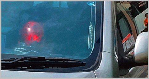覆面パトカーのダッシュボードの赤色灯