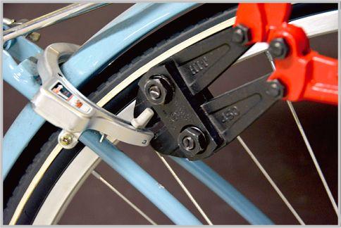 自転車の鍵はボルトカッターで簡単に切断できる