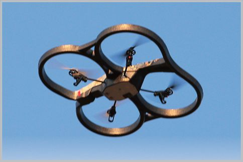 ドローンとは自律移動する無人操縦機のこと