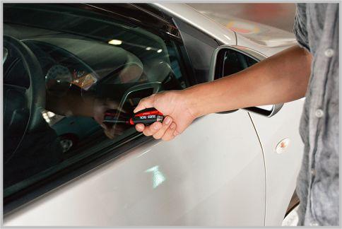 車上荒らしは緊急脱出グッズをガラス割りに使う