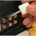 接点復活剤で古いビデオデッキ端子を磨き上げる