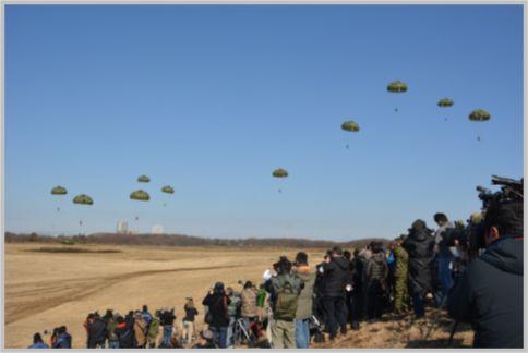 パラシュート部隊が空に舞う年始の降下訓練始め