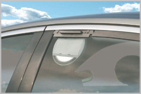 炎天下の車内をソーラーパワーで換気する方法