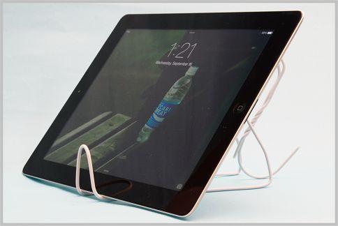 iPadスタンドを針金ハンガーで自作する方法