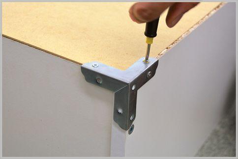 IKEAの本棚は金具とネジでぐらつきを防止する