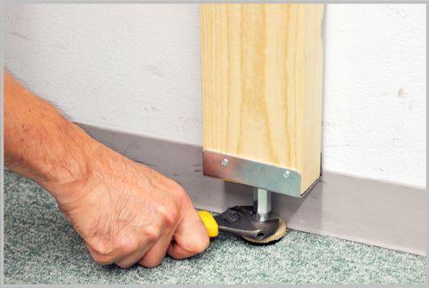 2×4材と突っ張り金具で室内に柱を追加する