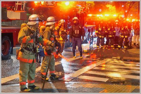消防士の緊張感に満ちた交信が聞こえる署活系