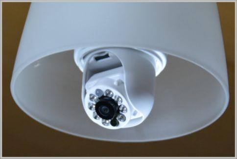 防犯カメラの設置は電球ソケットに差し込むだけ