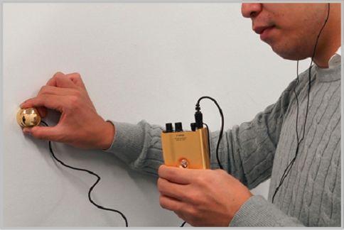 集音マイクを壁に当てるコンクリートマイクとは