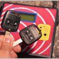 リモコンキーをコピーして車のロックを解除する