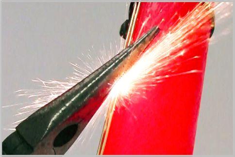 ライトセーバーのおもちゃから火花を出す方法