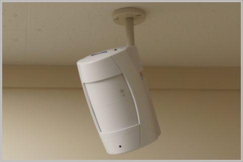 防犯カメラは乾電池タイプを選ぶと設置が簡単