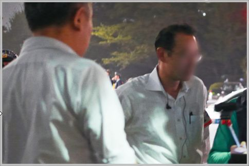 公安警察は耳にかけるPチャンイヤホンが目印