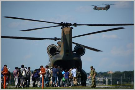 CH-47輸送ヘリでドアを開けたまま空を飛べる