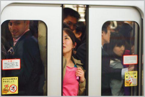 満員電車で座るためにあえて混む車両を狙う理由