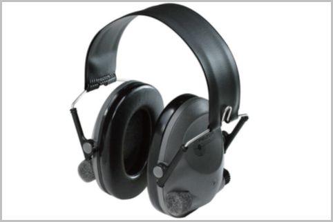 爆音から兵士の耳を守るイヤマフで騒音をカット