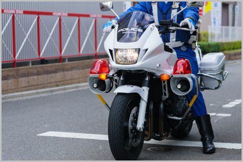 交通違反を取り締まるために白バイが潜む場所