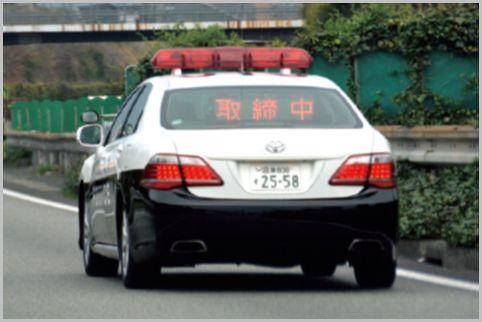 赤色灯が直で載ってる白黒パトカーは何が違う?