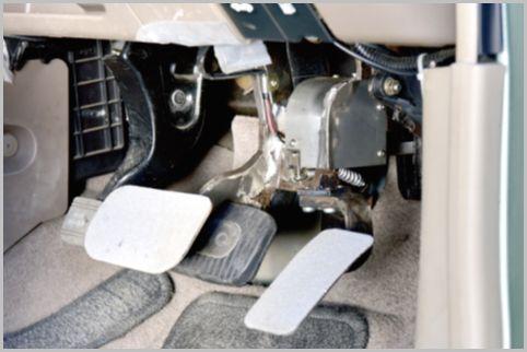 アクセルとブレーキの踏み間違いを防ぐペダル