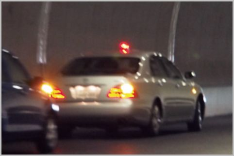覆面パトカーが速度違反の取り締まりで潜む場所