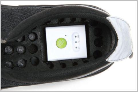 GPS追跡端末が靴底にセットされた介護シューズ