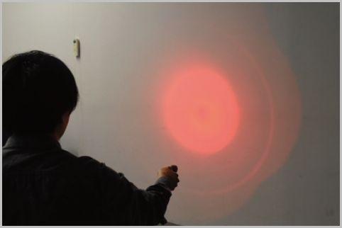 青と赤の光の点滅が嘔吐を誘発する護身用ライト
