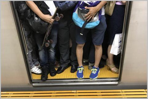 通勤電車で座るにはあえて混んでいる車両に乗る