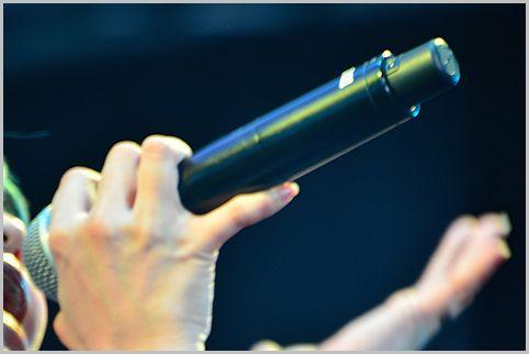 ライブのワイヤレスマイクがアナログ方式の理由