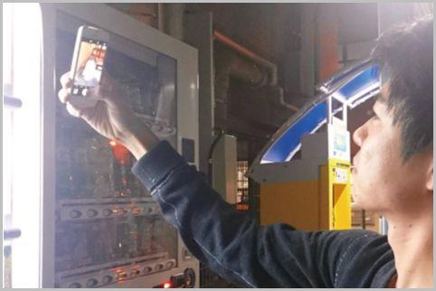 インスタ映えする自撮り写真は自販機の光を利用
