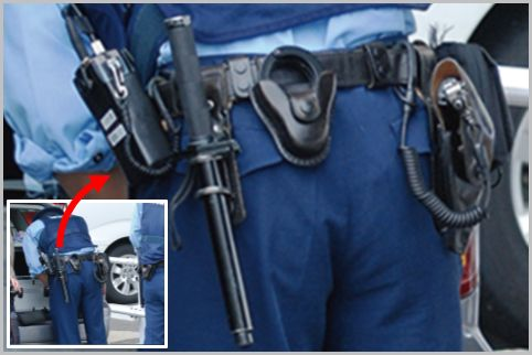 警察官は警棒が左腰で拳銃が右腰と決まっている