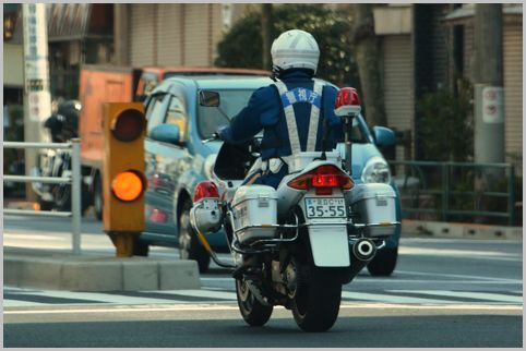 白色骑行者在哪里配备手枪和手铐?