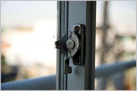 空き巣は窓のクレセント錠を「カギ」と思わない