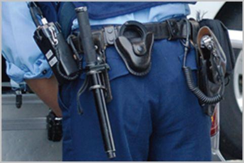 警察官の装備は左利きも拳銃が右腰で警棒は左腰