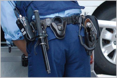 警察官の拳銃は右腰に装着すると決められている