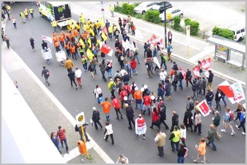 如何识别参与示威和会议的公安警察