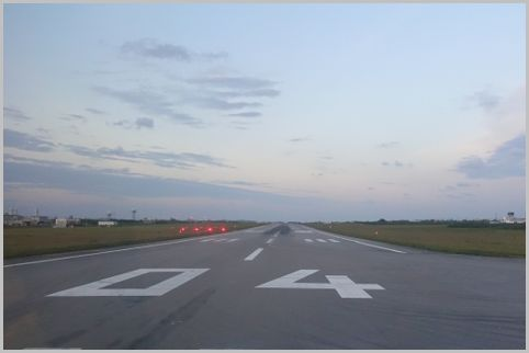空港の滑走路に描かれた数字は方角を表していた