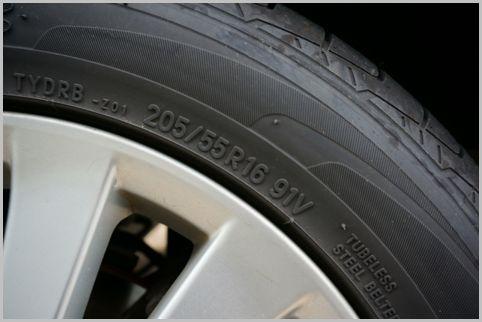 タイヤの記号を見れば製造年や使用限度がわかる