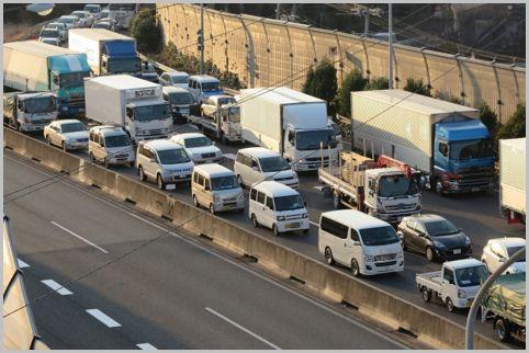 高速道路でなぜか渋滞が発生する「サグ」とは?