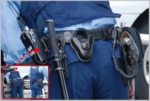 警察官の装備は右腰に拳銃で左腰に警棒がルール