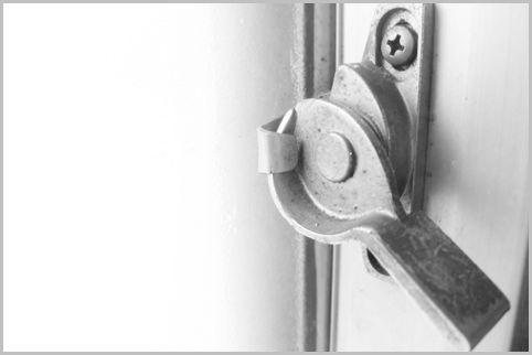 窓のクレセント錠はカギではなくただの締め金具