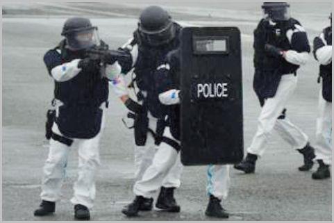 警察の特殊部隊「SAT」が強行突入した事件とは