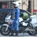 白バイ隊員が着用している青色の制服はいくら?