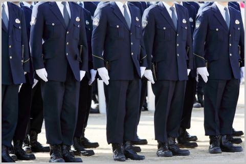 3種類ある警察官の制服のうち冬服上下は3万円