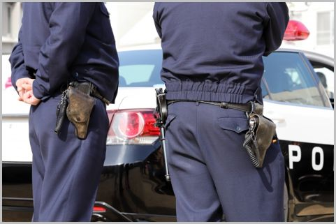 警察官の装備品「右が拳銃で左が警棒」が決まり