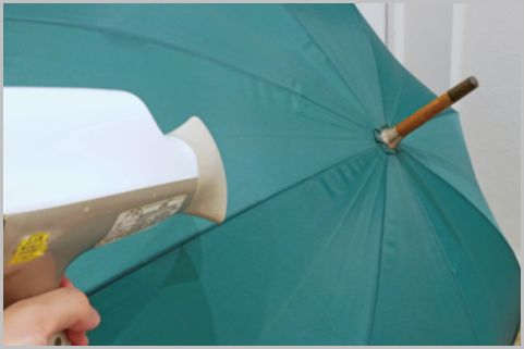 ドライヤーの温風で傘の撥水効果が復活する!?