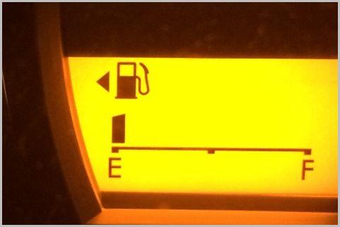 車の給油口が左右どちらか燃料計で確認する方法