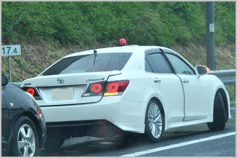 覆面パトカーを見分ける9つの外見的特徴とは?